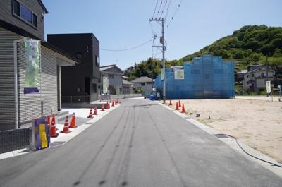 【前面道路】 前面道路も6mあり、段差無く敷地内へ入ることができます。 また、しっかり道路の両サイドに側溝が設けられていますので、 本街区の排水計画は慎重にたてられているみたいです。