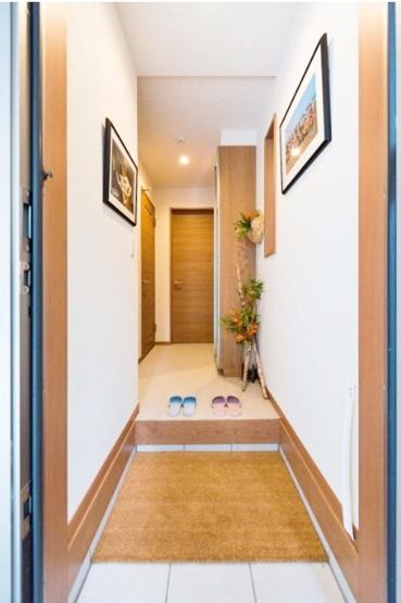 ご家族やお客様をお迎えする玄関 ビルトインガレージから濡れずに出入り可能です