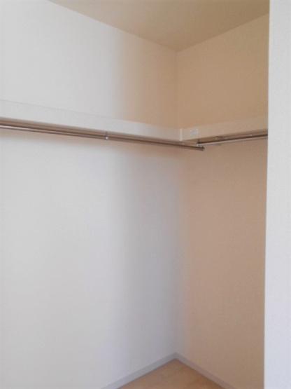【同仕様施工例】ダークカラーの玄関ドアがアクセントになっています。