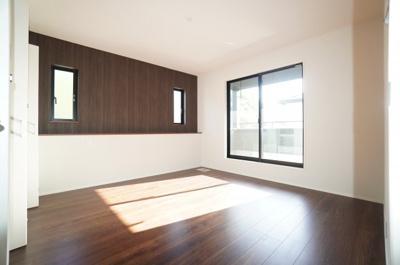 【南側洋室約8帖】 メインバルコニーに面する居室は 明るく広く主寝室向きです。 また、ウォークインが出来るクローゼットも完備。 荷物も部屋に溢れる事なく広く使えそうですね。