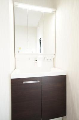 【コスメカウンター】 LIXIL社製! L.C.リーズの洗面台は上から吐水! 水栓まわりに水がたまりにくく、 水ハネもサッとひと拭き! タッチレス水栓のナッビッシュを装備。 三面鏡裏もすっきり収納!