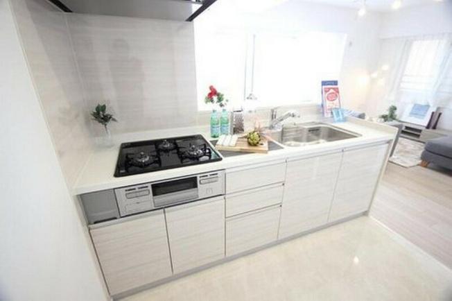 開放的なカウンターキッチンは、急なお客様にも手元が見えないように配慮したつくりに