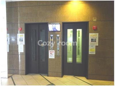 防犯カメラ付き1階のエレベーター