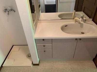 広々とした独立洗面台です。