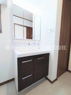 キッチン横にある収納です 扉で奥の洗面所へ続いています
