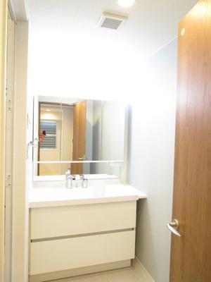 新規洗面台を設置しています♪3面鏡で朝の身支度もはかどりますね♪洗面台隣は可動棚が配置され、浴室小物や洗面小道具等、収納が充実しています♪