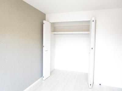 洋室には、奥行きのあるクローゼットが付いているので、お片付けもはかどりますね♪
