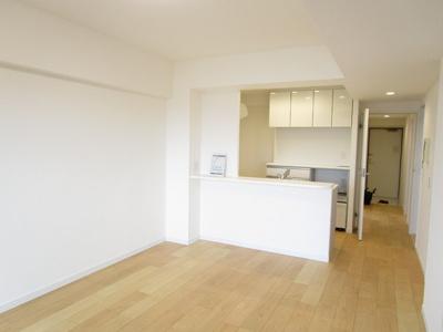 対面キッチンで明るい眺望良好な約12.2畳のリビング