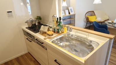 システムキッチンは新規交換しています♪対面キッチンで家族の会話も弾みます♪