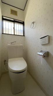 みつわ台 中古一戸建て みつわ台駅 リモコンタイプのウォシュレット付きトイレです! 1階トイレは広い造りのためゆっくりくつろぐ事も出来ます!