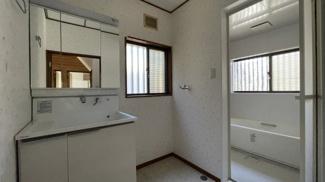 みつわ台 中古一戸建て みつわ台駅 三面鏡付きの独立洗面台です! 洗濯機置き場もあります。ドアは外開きのため 狭くないのは洗濯時や家事の際には嬉しいポイントです!