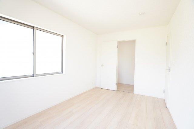 【同仕様施工例】シンプルで使い勝手のよい洋室です。