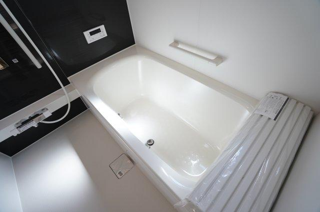 【同仕様施工例】広々とした浴槽で毎日くつろげるバスタイムを楽しみたいですね。