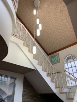 2階への階段です♪吹き抜けになっており、たいへん明るく開放的です!映画に出てきそうな階段です!!お洒落ですね(^^)