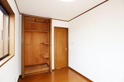 全ての居室に収納を完備しています。普段のお洋服やかさばる荷物を収納スペースに片付け、その分居室をしっかりと有効活用していただけます。