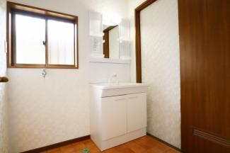 開口部のある洗面所は明るさはもちろん換気能力共に良好です。洗面台交換済!
