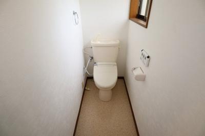 スッキリとしたフォルムのトイレです。便器周りの床掃除もしやすい造りです。