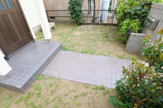 お庭は広すぎず、管理の手間がかからないのが嬉しい所ですね