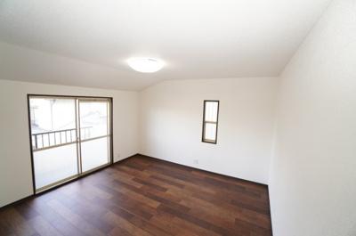 【南西側洋室約8帖】 メインバルコニーに面する居室は 明るく広く主寝室向きです。 また、ウォークインが出来るクローゼットも完備。 荷物も部屋に溢れる事なく広く使えそうですね。