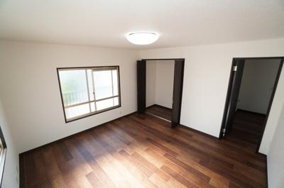 【北西側洋室約8帖】 2面採光の本居室は、大型のクローゼットも備え、コートやスーツだけでなく、収納棚を中にしまえばニットやパンツも中にしまえて お部屋をすっきりとお使いいただけます!