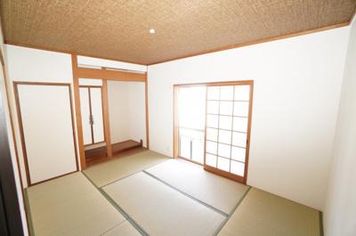 【和室6帖】 障子から優しく漏れる陽が、 和室内を円やかに照らします。 比較的奥行き感もあるため 居室スペースとしてだけでなく、 客間としても十分ご活用頂けます。