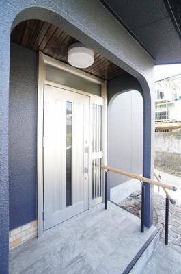 【玄関】 駐車場より、入口スロープに手すりを設置。 玄関ドアもアルミ製に交換をしております。
