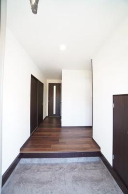 【玄関ホール】 上がり框までの段差は左程高くありません。 玄関床は新規にCFシートに貼替してありますので、 綺麗な仕上がりとなってます。 シューズボックスの設置が必要となります。