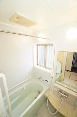 【機能豊富なシステムバス】 1日の疲れを癒す大きなお風呂。 ヒートショックを防ぐ浴室暖房機能や、 雨天時に洗濯物を乾かす浴室乾燥機能も付いています。 窓もあるので湿気やカビを抑えて掃除の負担も軽減!