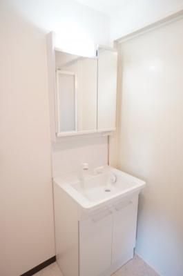 【コスメカウンター】 フラット鏡がお掃除し易い2面鏡洗面化粧台! 鏡後ろ・下にも大容量の収納! 日常的に使う物も洗剤の詰替えなども スッキリしまうことができます。 温水シャワー機能付き。