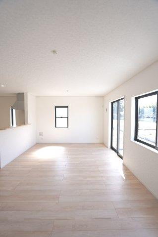 【同仕様施工例】窓もたくさんあるので採光と通風がいいので気持ちよく過ごせそうですね。