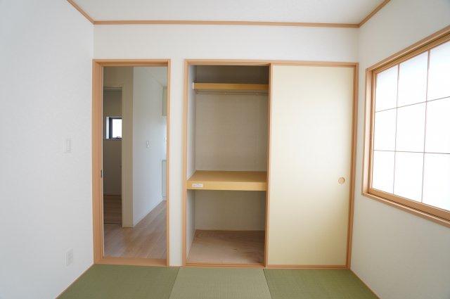 【同仕様施工例】押入があるので座布団やお昼寝のお布団、お子様のおもちゃなど収納できます。
