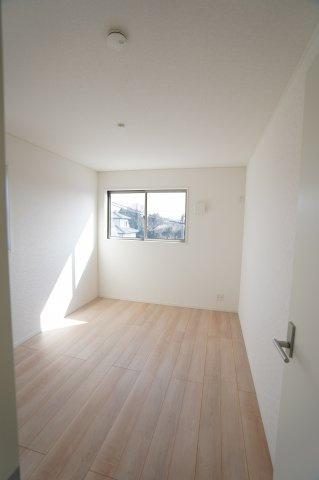 【同仕様施工例】南向きの明るいで採光・通風のよいお部屋です。
