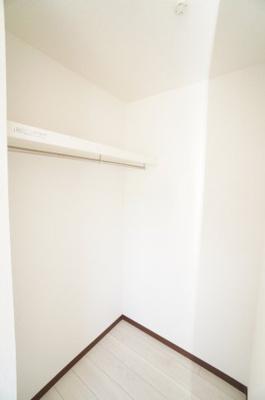 【洋室約8.75帖WIC】 たっぷり収納! コートやスーツだけでなく収納棚を中にしまえば ニットやパンツも中にしまえて お部屋をすっきりとお使いいただけます! お部屋のコーディネートと幅が広がります♪