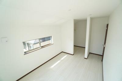 【南西側洋室約6.5帖】 居室にはウォークインクローゼットを完備し、 自由度の高い家具の配置が叶うシンプルな空間です。 お子様の成長と必要になる子供部屋にするには ぴったりの間取りですね。