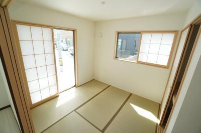 【和室の使い勝手!】 障子から優しく漏れる陽が、 和室内を円やかに照らします。 比較的奥行き感もあるため 居室スペースとしてだけでなく、 客間としても十分ご活用頂けます。