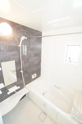【システムバス】 小さなお子様との入浴にも使いやすい マルチステップ仕様です。 ゆったり過ごせるリラックスサイズ、 1年をとおして快適な換気暖房乾燥機がついて お天気に左右されずに洗濯物もできます。