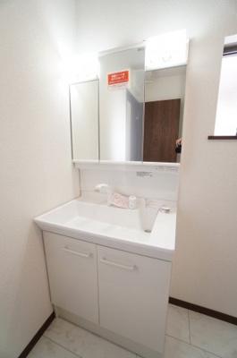 【コスメカウンター】 フラット鏡がお掃除し易い3面鏡洗面化粧台! 鏡後ろ・下にも大容量の収納! 日常的に使う物も洗剤の詰替えなども スッキリしまうことができます。 温水シャワー機能付き。