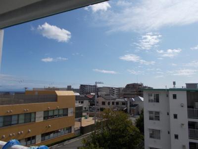 南東向き眺望で遠く大阪湾が見えます