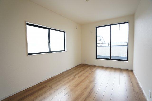2階6.75帖 バルコニーがあるお部屋です。大きな窓から明るい光が差し込み明るいお部屋です。