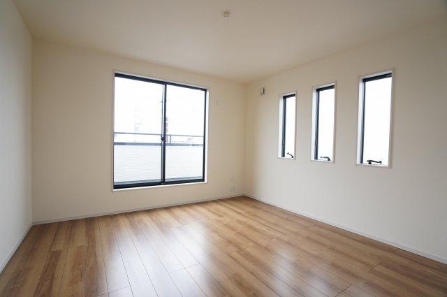2階8.75帖 小窓から差し込む陽射しが心地いいお部屋です。