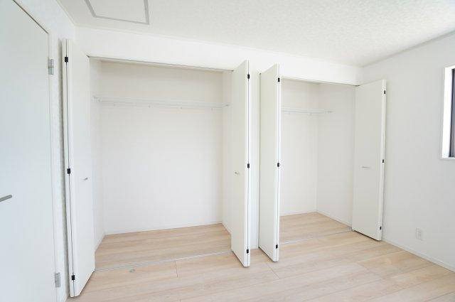 【同仕様施工例】2ヶ所から出入りできる共通のバルコニーがあります。