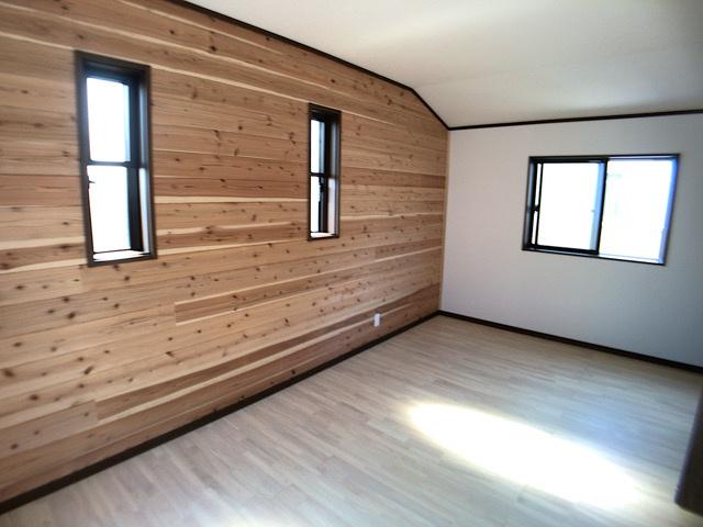 洋室の一部屋には無垢材が使用されています。同社施工例です。