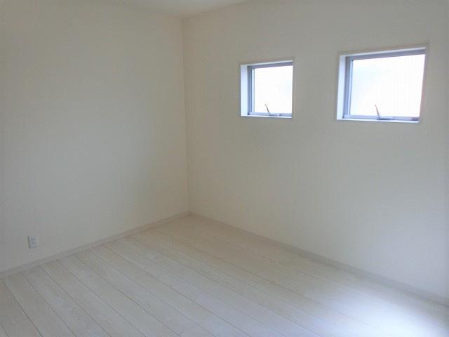 【現地写真】 光が入る洋室は気持ちが良いですね♪落ち着いたカラーで仕上げたリラックス空間です♪