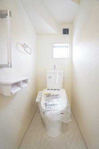 1階トイレ 温水洗浄機能付きです。