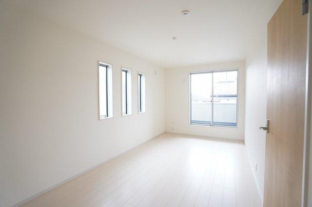 2階8.25帖 小窓から差し込む陽射しが心地いいお部屋です。