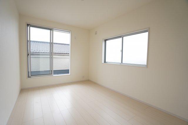 2階6帖 バルコニーがあるお部屋です。大きな窓から明るい光が差し込み明るいお部屋です。
