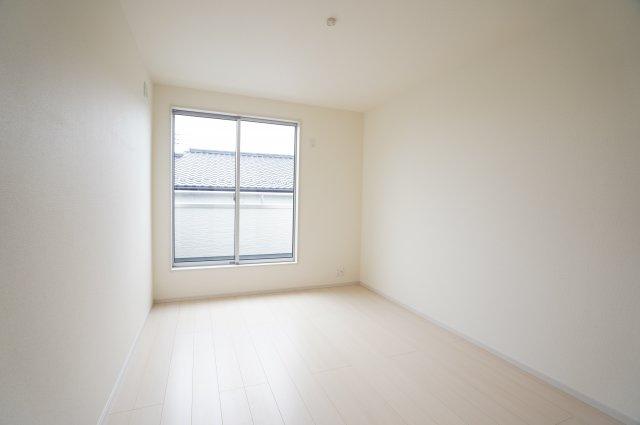 2階6.5帖 各居室バルコニーがあるので明るいお部屋です。