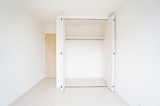 2階6.5帖 使い勝手のよいクローゼットです。収納ケースを利用して上手に片づけたいですね。
