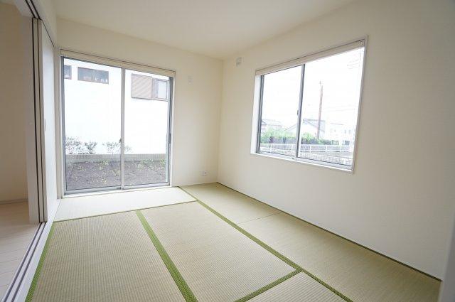 6畳 2面窓からの差込む光で昼間も明るく暖かく快適に過ごせそうですね。