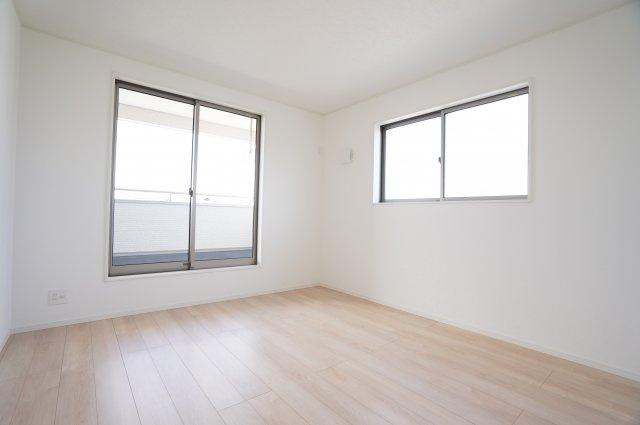 【同仕様施工例】日中の陽の光を感じ暖かいお部屋です。